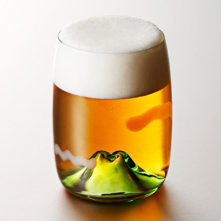 ビールを注ぐと、黄昏時の山に出会える。