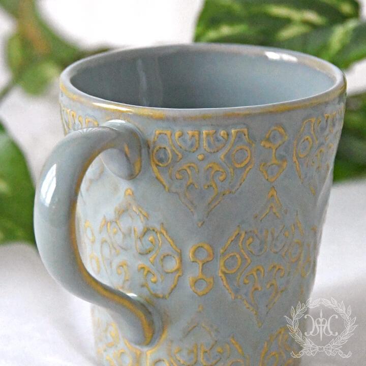 アラベスク模様が目を引くマグカップ