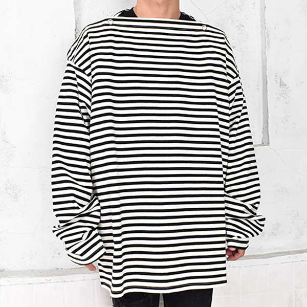 shoulder buttoned boat neck shirt./white×black