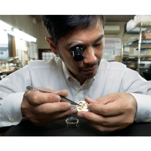 43ac144b9d 職人が腕を振るった唯一無二の存在感本品は機械式ムーブメントの手巻き時計。微細なパーツからなる駆動部も手作業で組み込む。