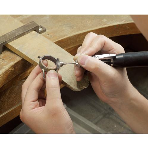 cb8ebc1627 職人が腕を振るった唯一無二の存在感ケースのロウ付けから始まる組み立ての工程は、すべてが熟練の時計職人による手仕事。