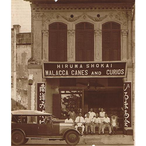 a2215a0cbdc9 クロコダイルレザーの二つ折り札入れと小銭入れ. 1906年に創業した「革工房  比留間」。創業者の弟がシンガポールに開店した「ひるま商会」は、東南アジア製の ...