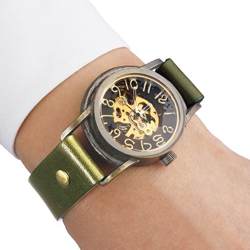 5c71a6e864 真鍮と黒檀のハンドメイド手巻き式腕時計. 真鍮のケースと栃木レザーによる個性的なルックスは、見るものにインパクトを与える。