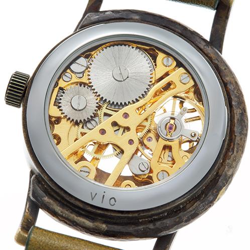 d77df9c3e1 真鍮と黒檀のハンドメイド手巻き式腕時計. 裏からもムーブメントが見えるスケルトン仕様。絶え間ない動きに見とれてしまう。