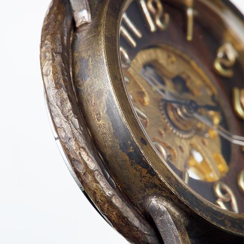 54ba1277ab ... のハンドメイド手巻き式腕時計. 真鍮と黒檀で立体的にデザインされた文字盤に合わせ、分針を曲げてある。