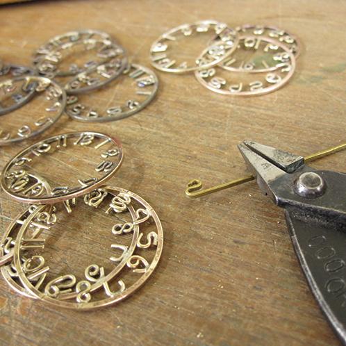 0de5e07b6b 文字盤の数字は時計職人が真鍮を手曲げして製作する。すべて微妙に異なる一点物なのだ。