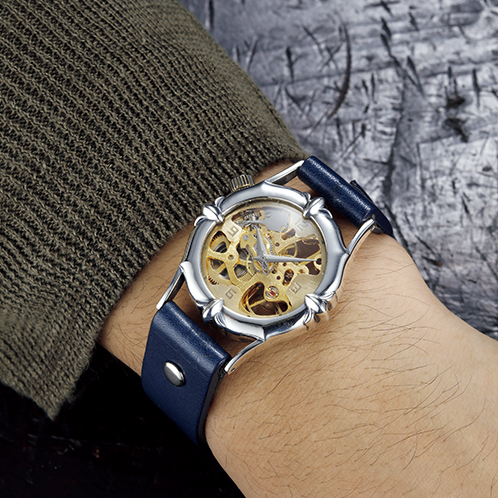 711a8d9775 ... 真鍮のハンドメイド手巻き式腕時計. 第2弾は大人っぽく高級感に満ちた仕上がり写真=ネイビー第2弾はエレガントで、大人っぽいデザインに仕上がる。