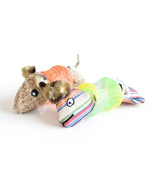 不思議なボディーを持ったネズミに猫は大興奮